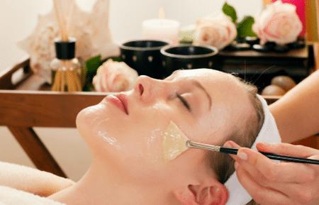 Нанесение гликолевой кислоты на лицо