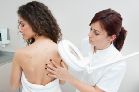 Обращение к дерматологу для назначения лечения при акрохордах